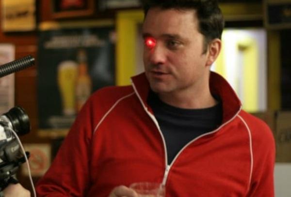 另类的Snap Spectacles?美制片人于右眼窝装设录影机