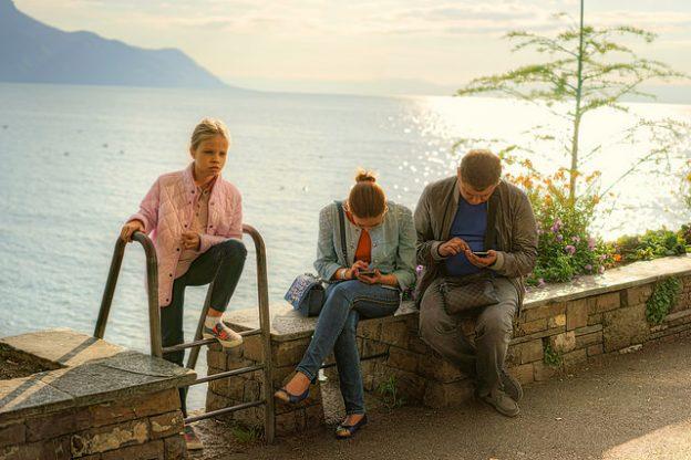 父母爱玩手机,孩子行为异常机率大增