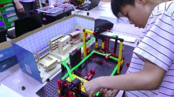 科豆科学教室内的小朋友们,正专心组装自己的机器人。
