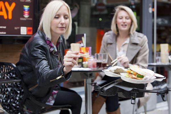 英国店家曾用无人机替客人送餐。