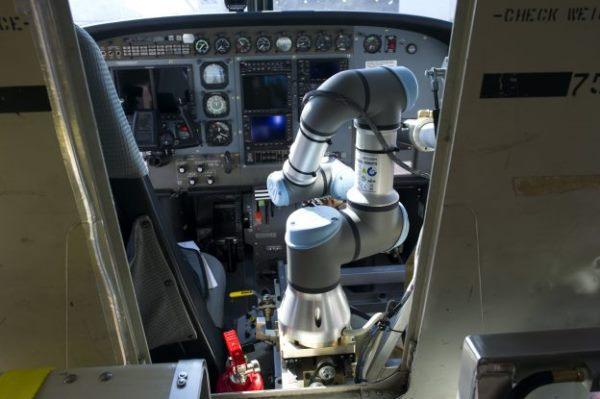 机器人会开飞机了,DARPA Alias在模拟飞行中驾驶波音737成功着陆