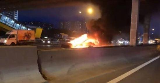 惊险!特斯拉电动车在俄高速公路撞车,瞬间爆炸2次惨烧毁